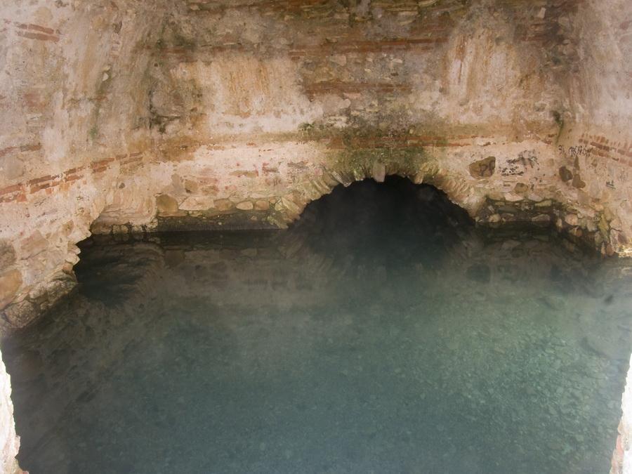 Los Baños Romano La Hedionda: surgencias en todo el recorrido por la naturaleza caliza de la zona